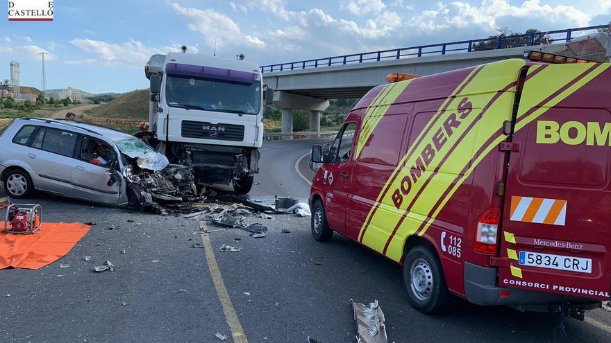 Muere el conductor de un coche tras chocar con un camión en Morella