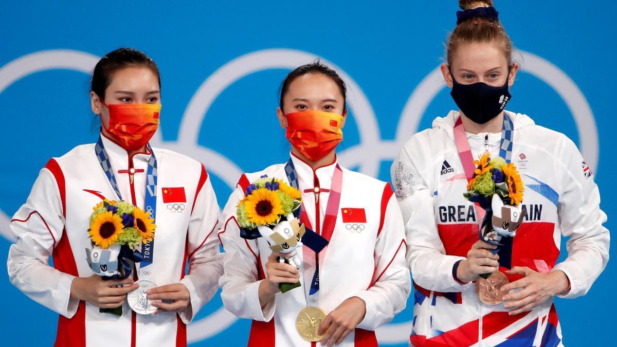 Las gimnastas Zhu Xueying, Liu Lingling y Bryony Page, posan con las medallas.