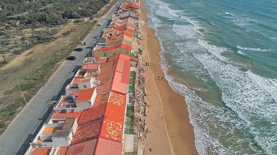 Los temporales amenazan la playa de Babilonia (Alicante).