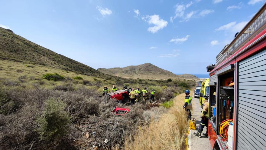 Rescatan a un anciano herido tras salirse de la carretera en La Azohía