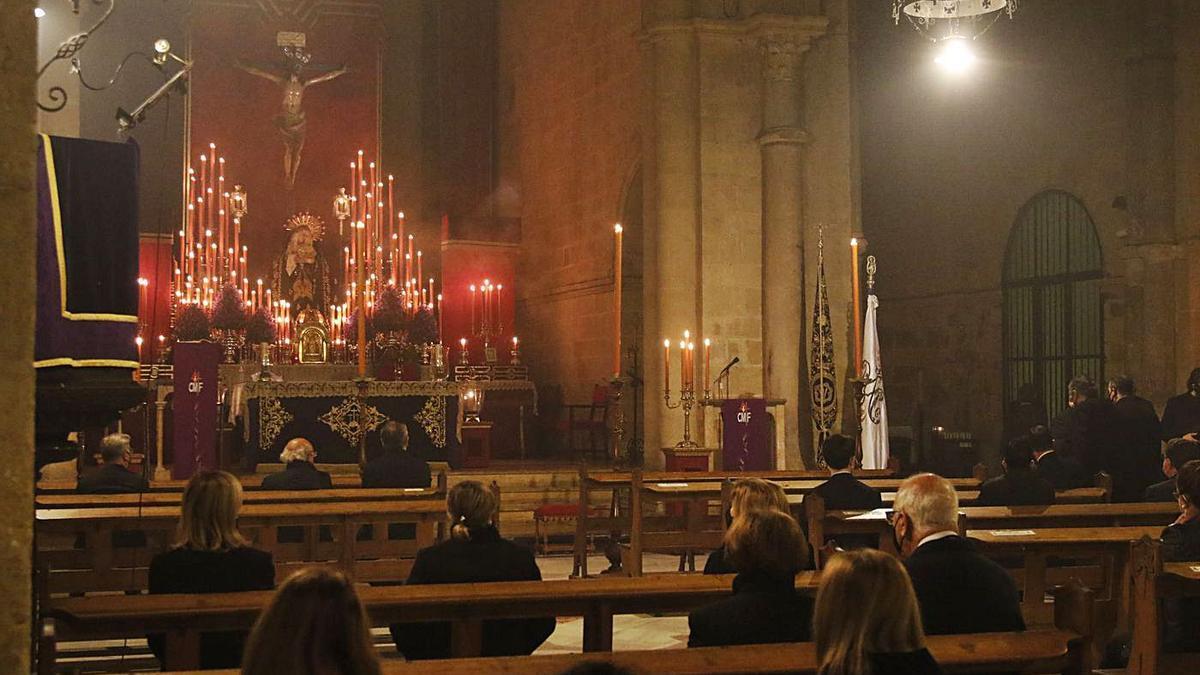 Un momento del Vía Crucis de la hermandad de la Expiración en el interior de la iglesia de San Pablo.