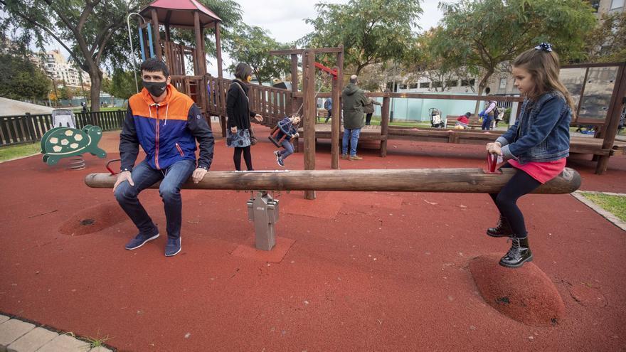 El mal tiempo y la lluvia deslucen la reapertura de los parques infantiles
