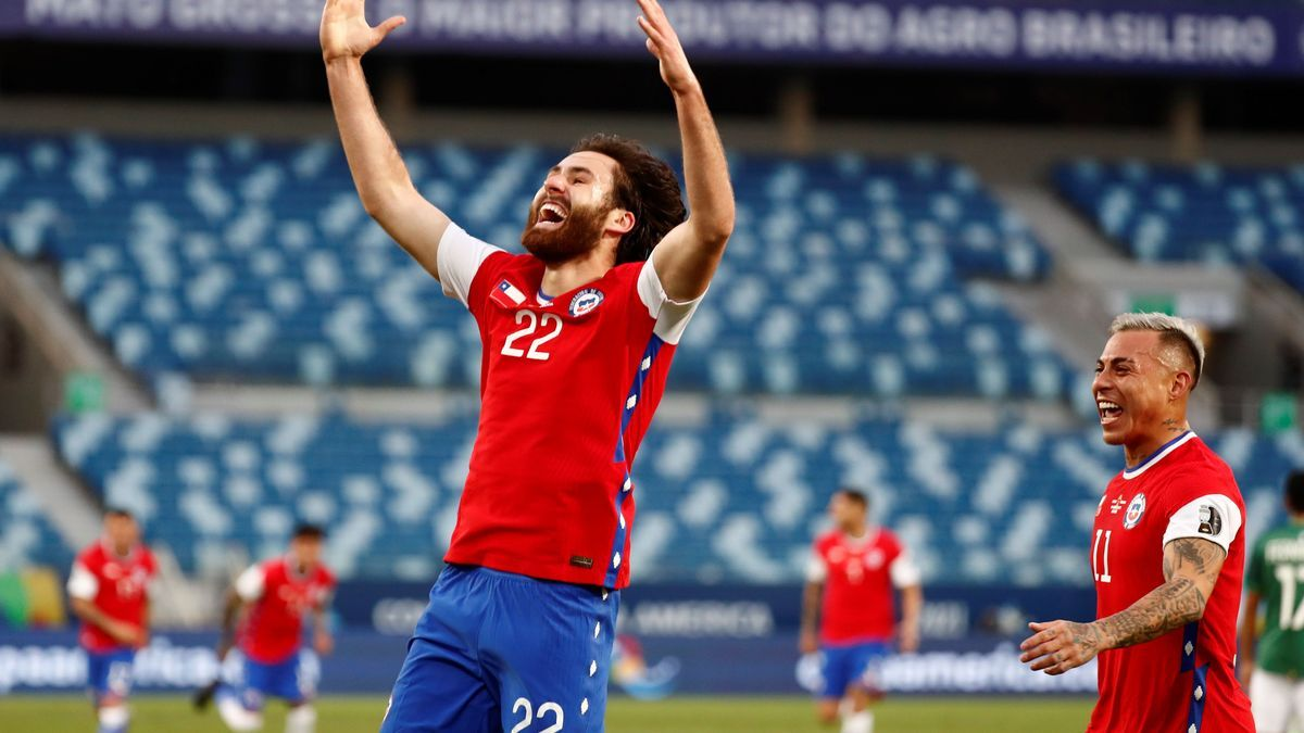 Los jugadores de La Roja celebran su gol en el Chile - Bolivia.