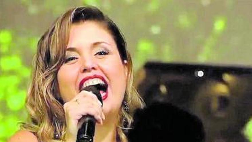 Cristina Ramos canta a la Navidad en la gala de Nochebuena de la Tele Canaria