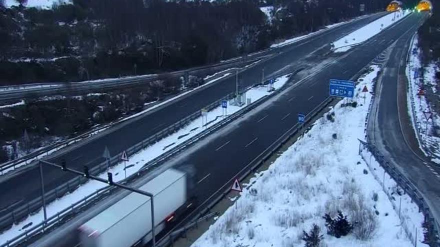 La carretera de Galende (Sanabria), cortada por la nieve