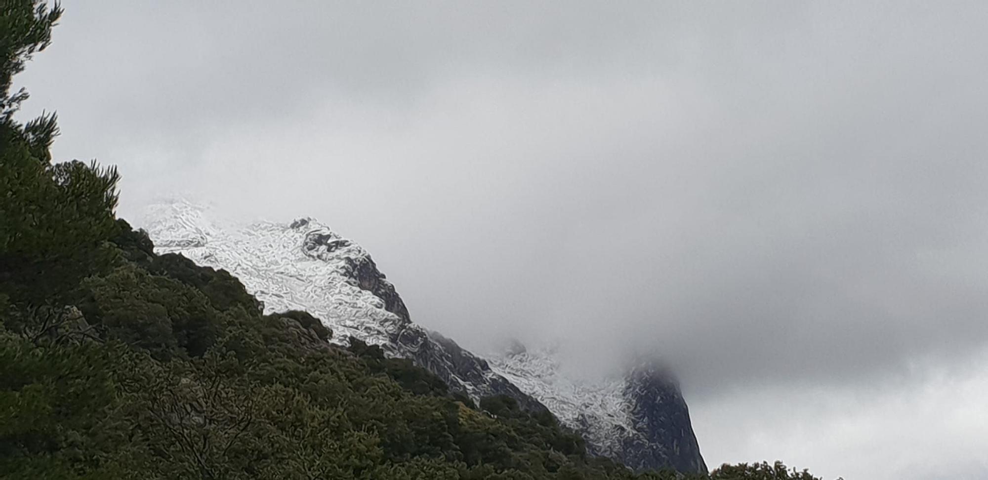 La cima del Puig Major amanece con cuatro centímetros de nieve