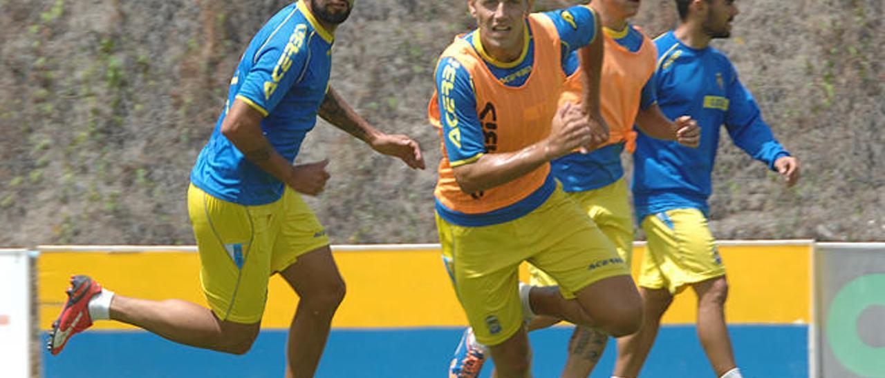 Nauzet Alemán, junto con Dani Castellano, durante el partidillo que disputó el equipo en el entrenamiento de ayer, en Barranco Seco.