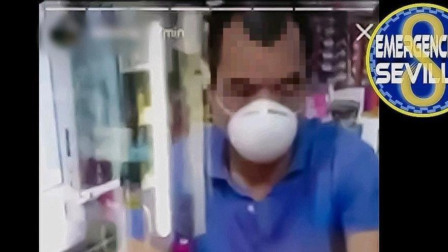 Denuncian a un hombre en Sevilla por vejar al dueño de un bazar chino y subir el vídeo