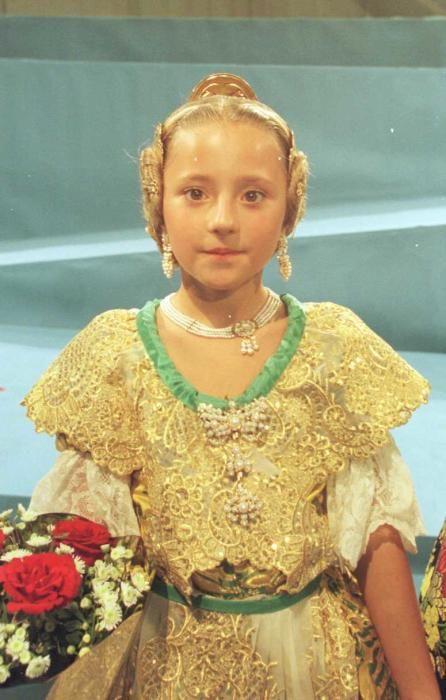 Corte 2001. Y vamos con otro acertijo. ¿De qué te suena este niña que acaba de ser elegida para la corte infantil de 2001?