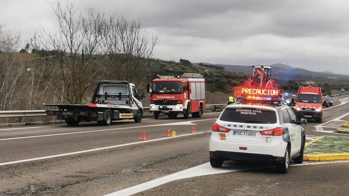 La colisión entre un camión y un turismo en Montilla se salda con un fallecido y con una mujer herida