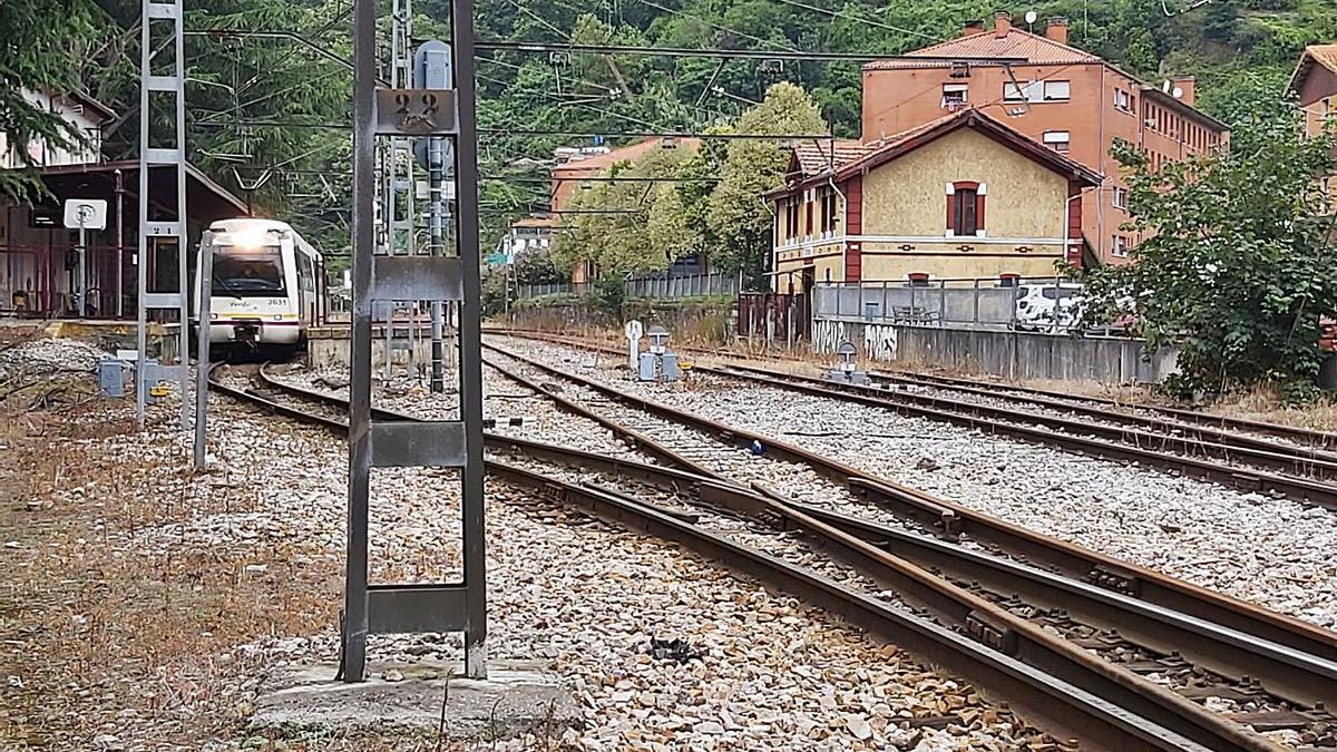 Un tren circula junto a la estación de Sotrondio. | E. P.