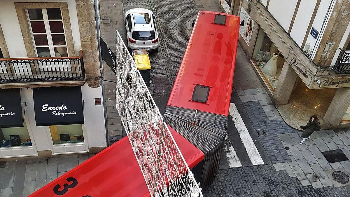 Un bus articulado de la línea 11 gira para entrar en la calle Sol muy próximo a los edificios.     // LA OPINIÓN