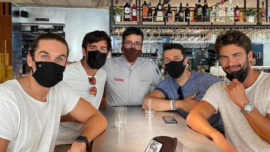 El actor Maxi Iglesias visita el Bar Cremaet de València