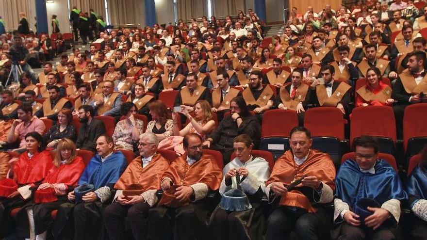 Un centenar de graduados en la Escuela de Informática