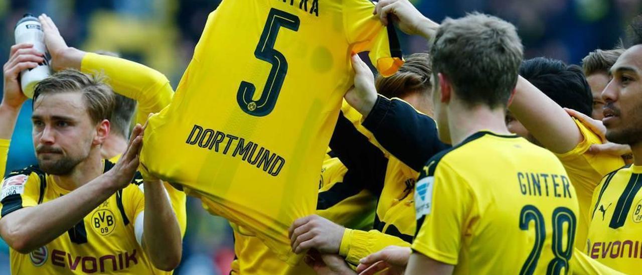 Los jugadores del Borussia Dortmund homenajean a Bartra antes del partido ante el Eintracht.