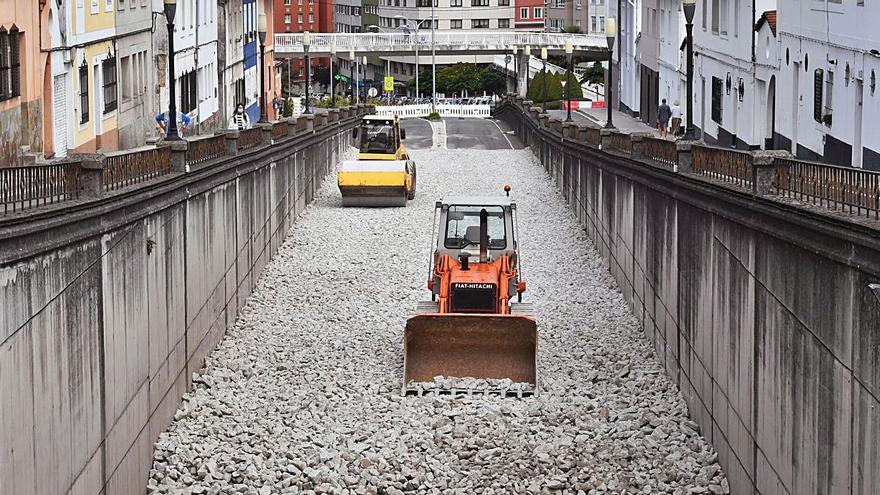 Urbanismo comienza a cubrir con granito el paso inferior de la avenida de Arteixo
