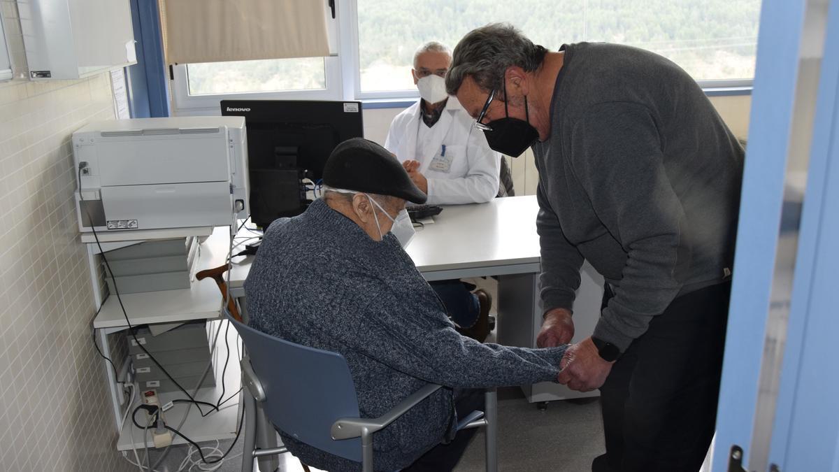 El metge Joan Pujol visita uns pacients al consultori de Saldes