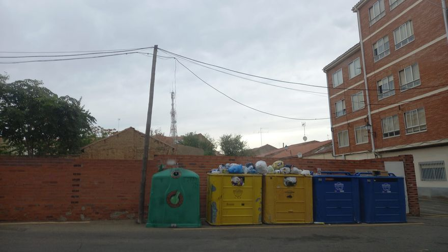 Nuevas quejas por la acumulación de residuos de papel, cartón y envases en los contenedores de recogida selectiva en Benavente