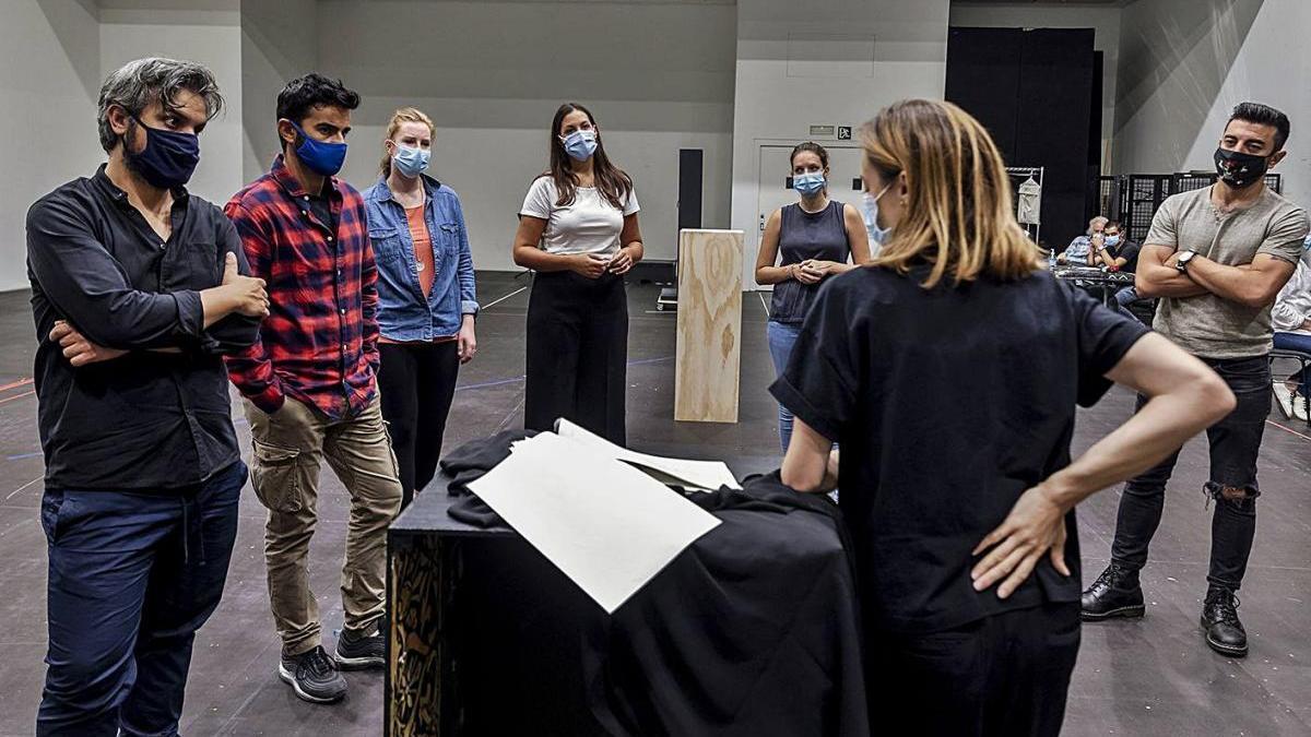 Primeros ensayos con mascarillas del elenco que protagoniza «Così fan tutte» en Les Arts.