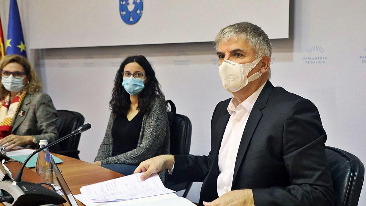 El director del Foro Económico de Galicia, Santiago Lago, ayer, en la comisión de reactivación. |  // X. ÁLVAREZ