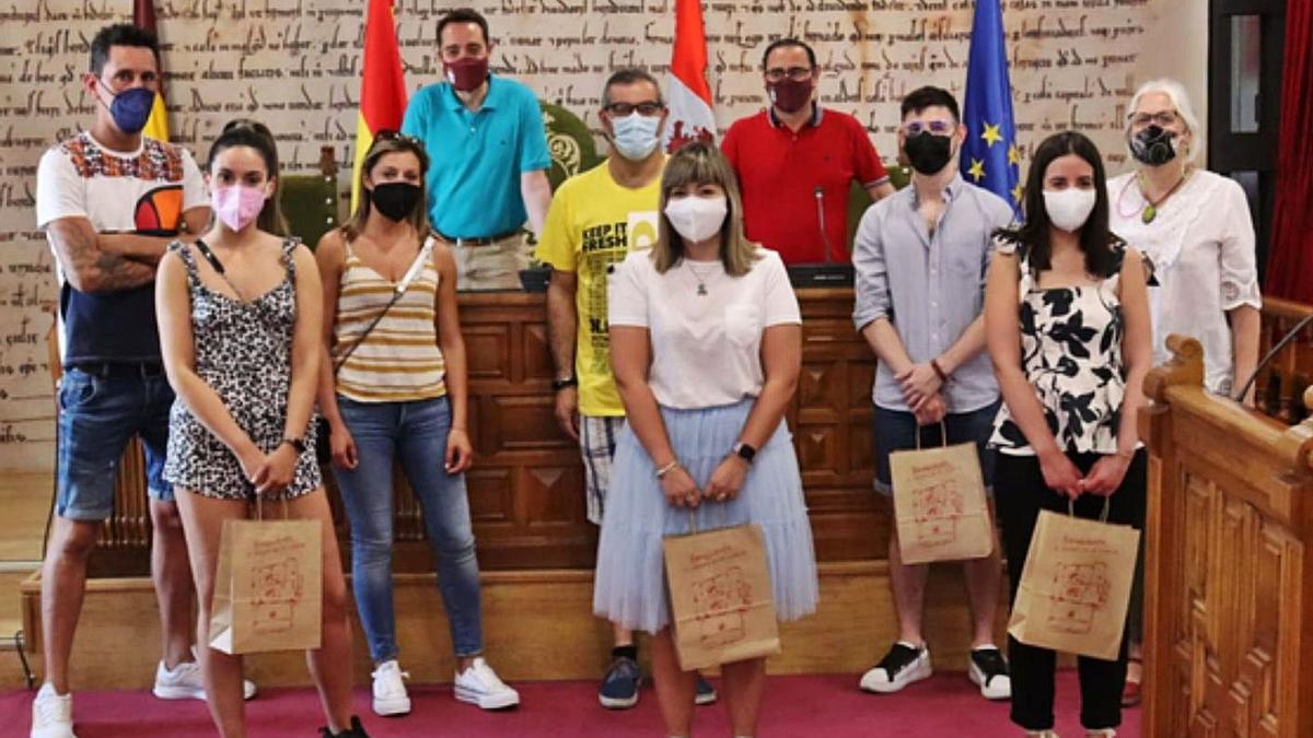 Los benaventanos que se inscribieron en el certamen, y el alcalde y el concejal de Administración. | E. P.