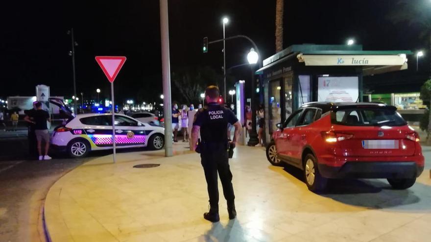 Un conductor ebrio invade la Explanada e impacta contra un kiosco