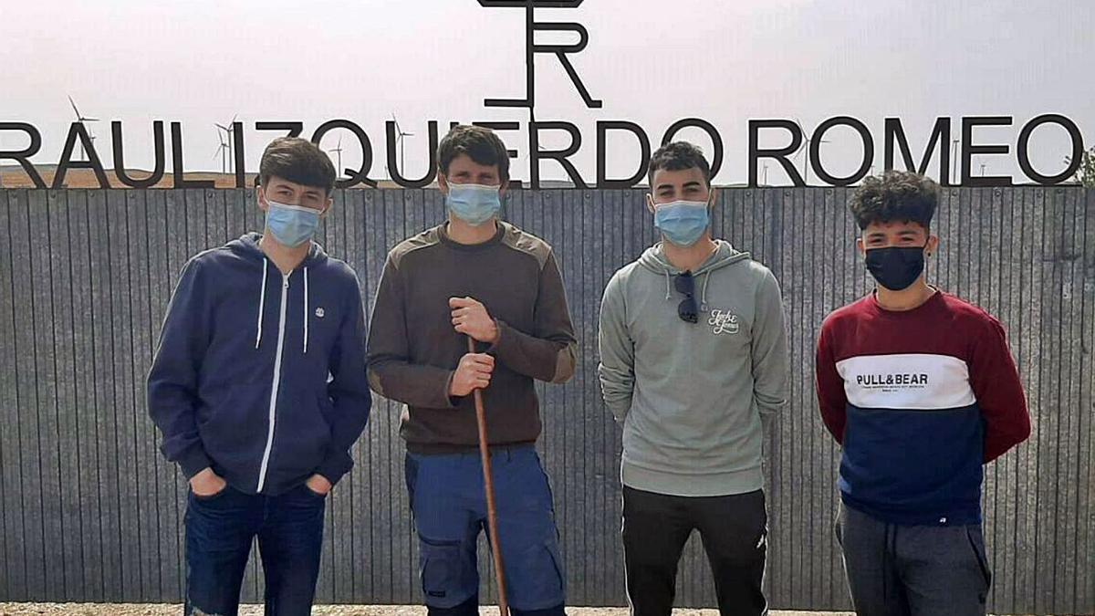 Miembros de la Comisión de Fiestas de Plasencia visitaron la ganadería de Raúl Izquierdo. | SERVICIO ESPECIAL
