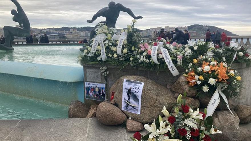 Placa en recuerdo de Tito 'El Viejo' en la fuente de los surfistas