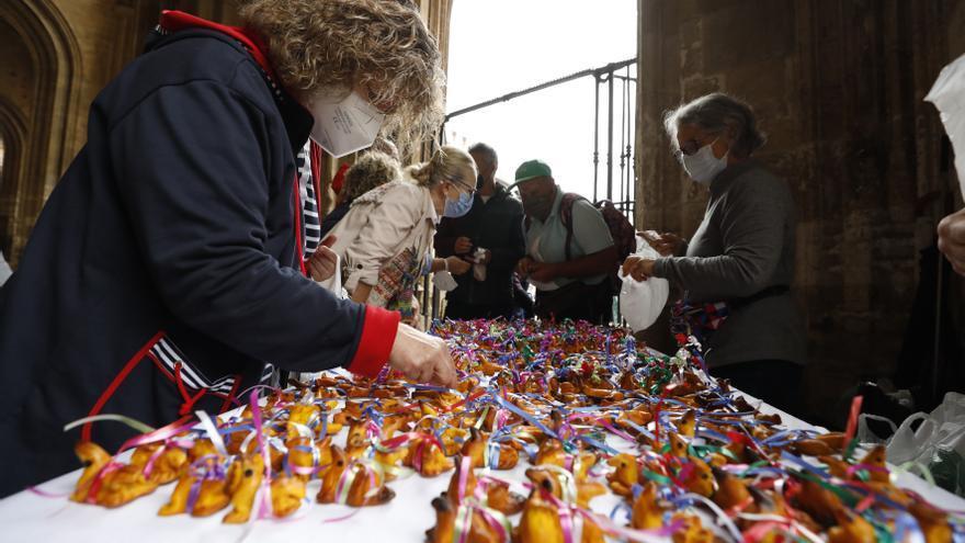 Les paxarines vuelven a la puerta de la Catedral de Oviedo para seguir la tradición de San Mateo