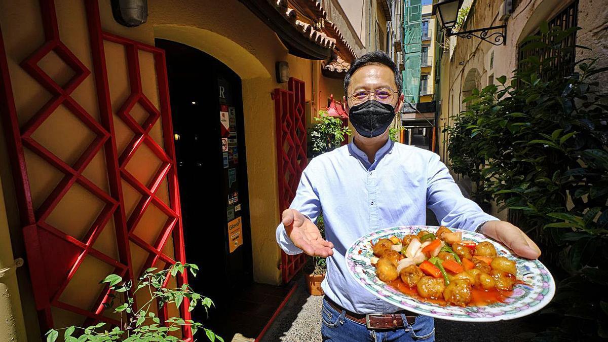 Fermín Lee Wang amb un dels plats del seu restaurant Shang-Haï de Figueres | BORJA BALSERA