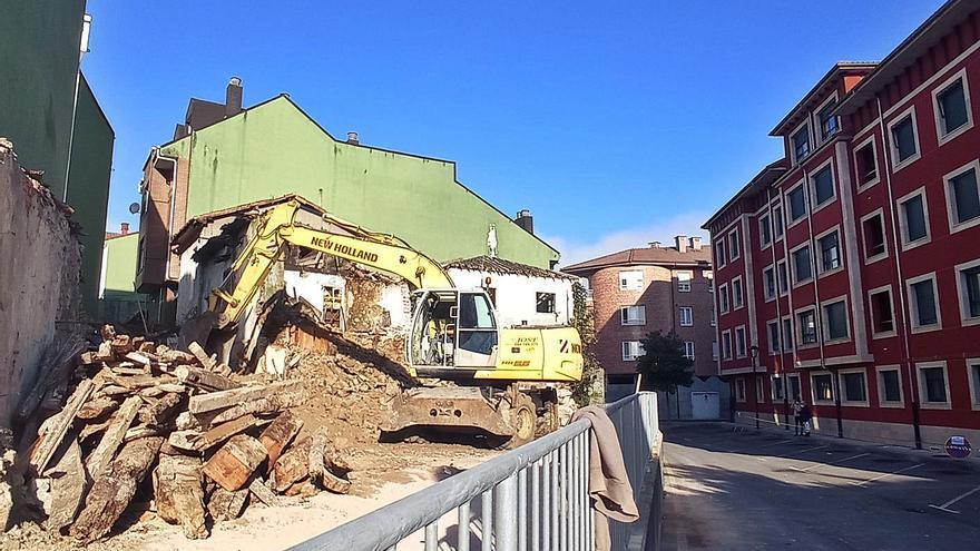 Alivio vecinal por la demolición de cinco viviendas en ruinas en el centro de Arriondas