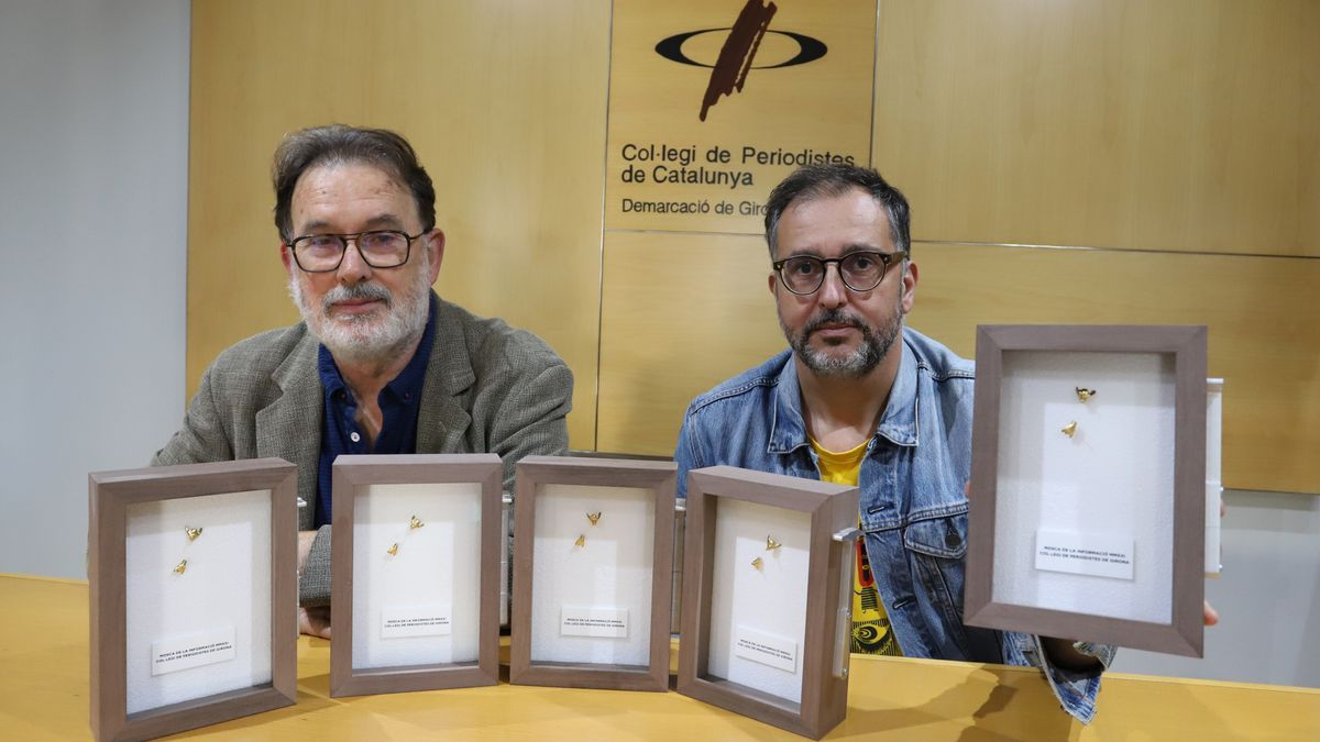 El president del Col·legi de Periodistes, Joan Ventura, amb l'artista Jordi Mitjà