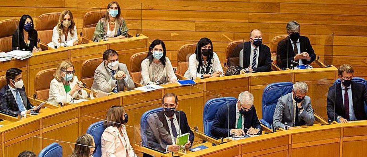 Bancada de la Xunta y del PP, ayer en el Parlamento.     // ÓSCAR CORRAL