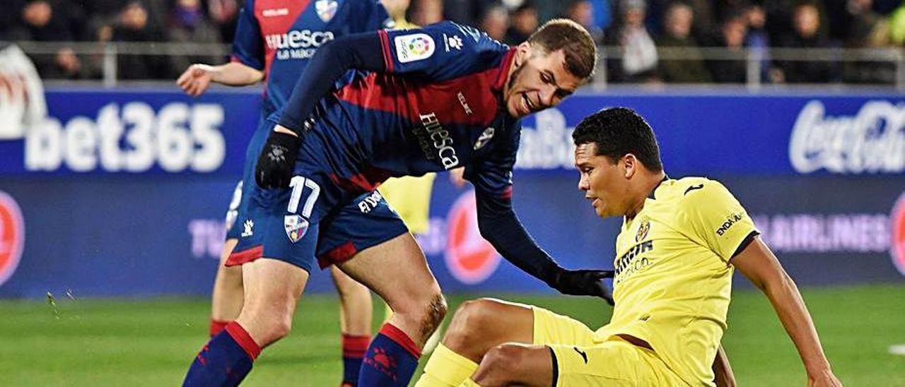 Christian Rivera disputa el balón a Carlos Bacca.