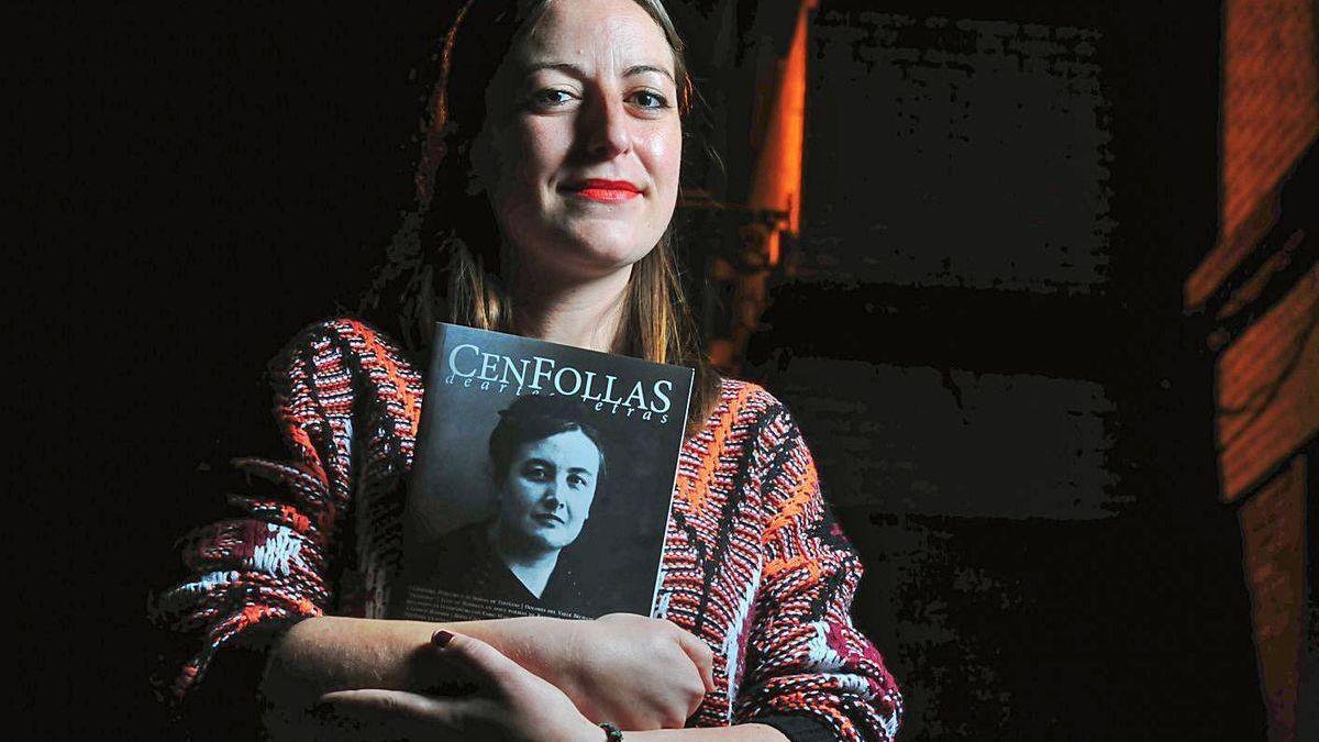 """Beatriz Laya posa con la revista """"Cen Follas"""", con una foto de """"A Francesa"""" en portada."""