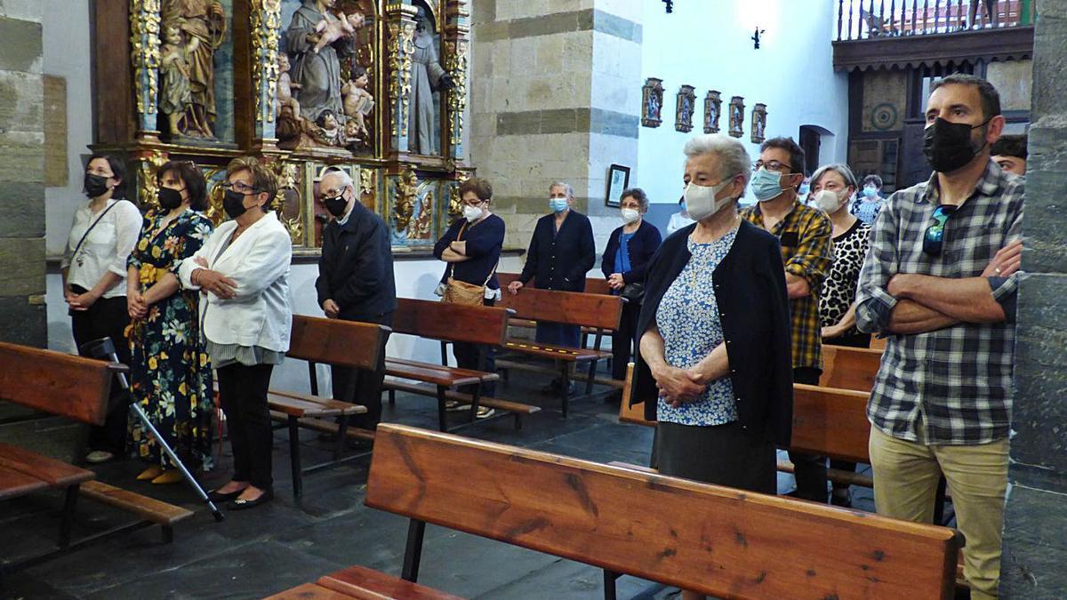Asistentes a la misa del primer aniversario del fallecimiento de Pepe el Ferreiro. | D. Á.