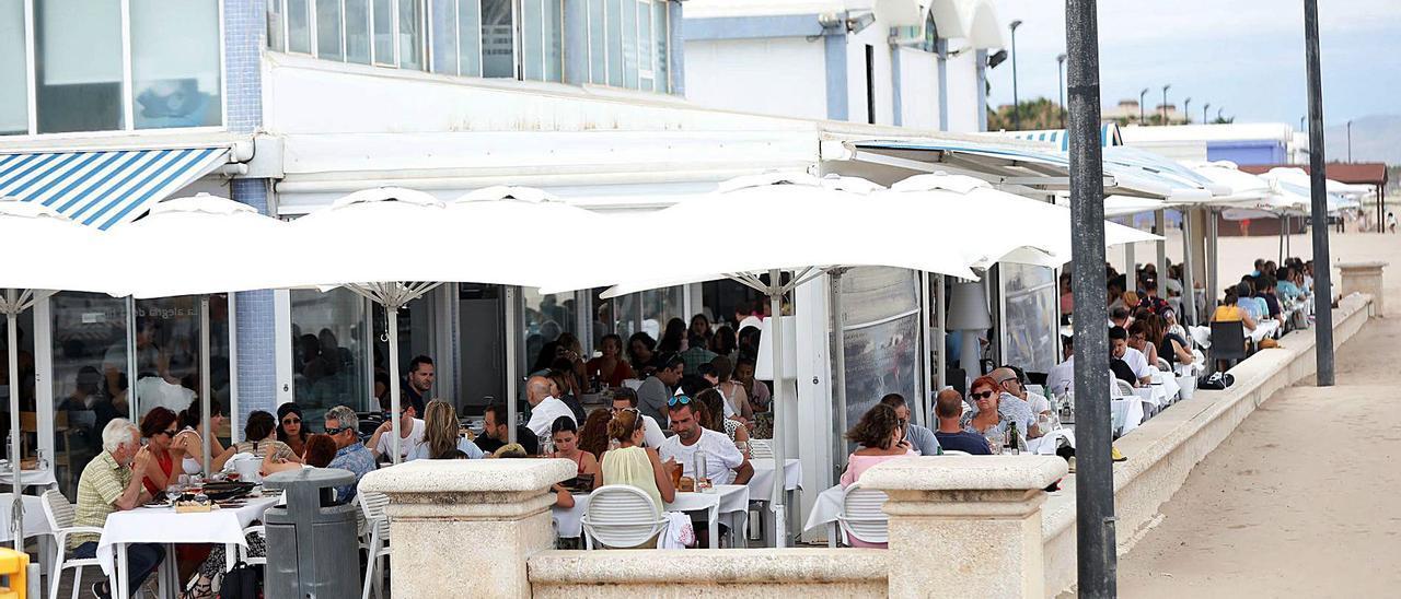 El ayuntamiento defiende los restaurantes del paseo marítimo  y busca un acuerdo con Costas