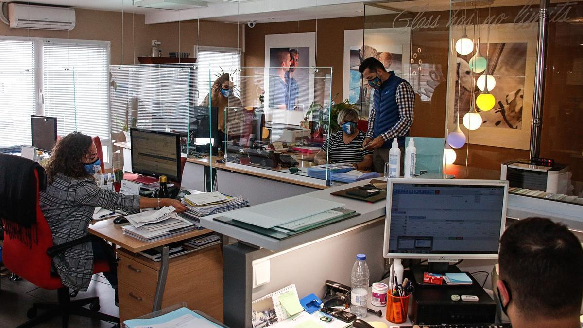 Mamparas protectoras contra el coronavirus instaladas en las oficinas de la cristalería D' spejo