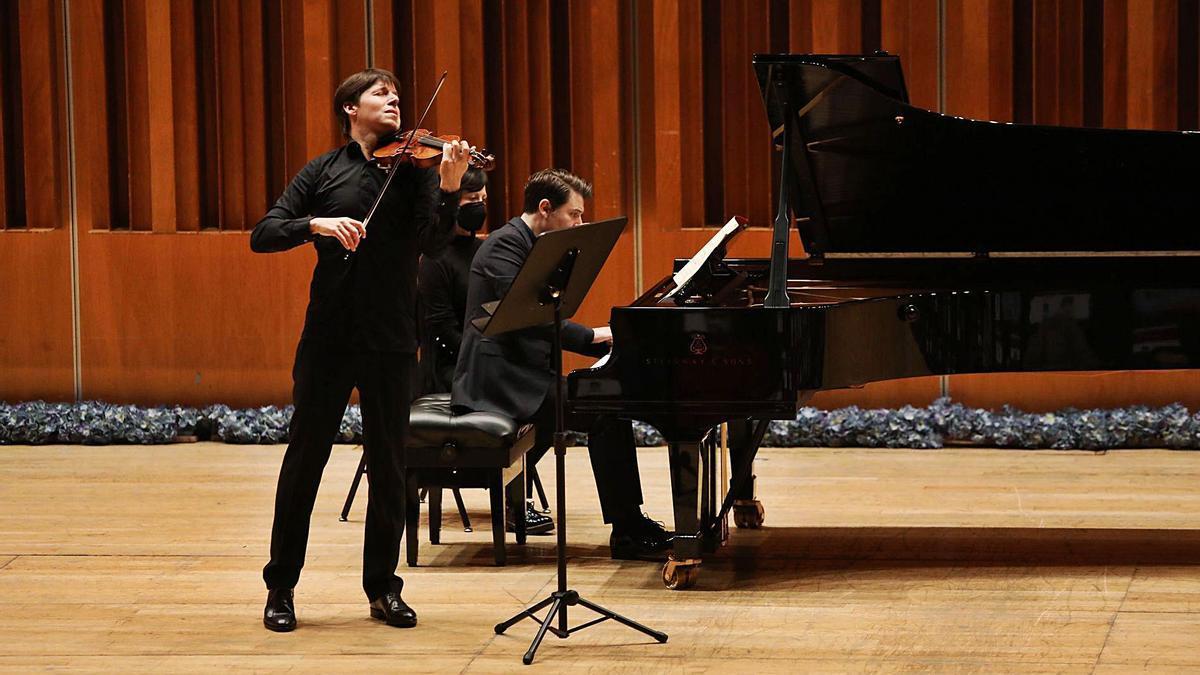 Joshua Bell, al violín, y Alessio Bax, interpretando la obra de Mozart, ayer, en el Auditorio. | Ricardo Solís