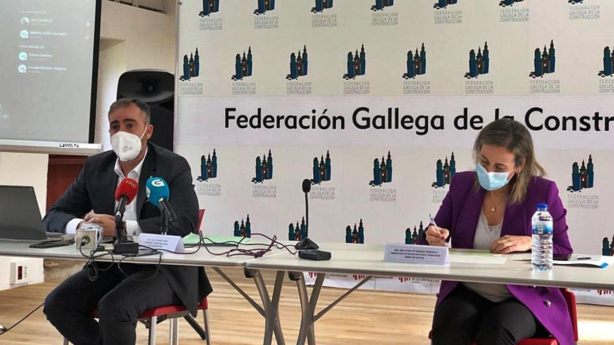El presidente de la Federación Gallega de la Construcción y la conselleira de Infraestruturas. |   // L. O.