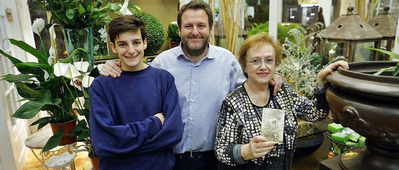 Amanda, nieta de la impul- sora del negocio, con su hijo  Carlos y su nieto.  m.a.montesinos