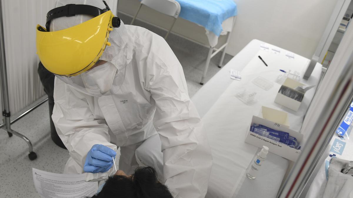 Una persona se somete a una PCR en Burgos.