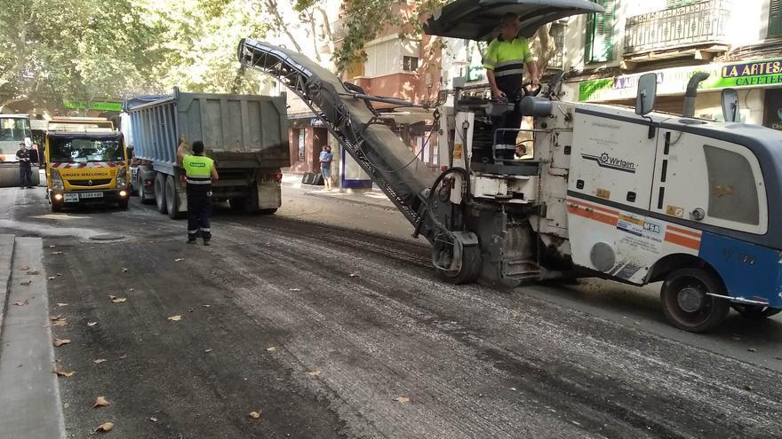 Cerrada la calle Arquebisbe Aspàreg  por obras de asfaltado