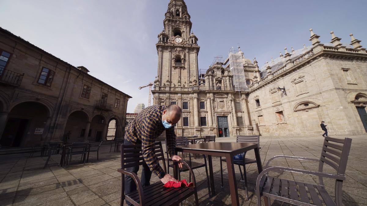 Un hostelero durante la reapertura de la hostelería en Galicia de forma parcial
