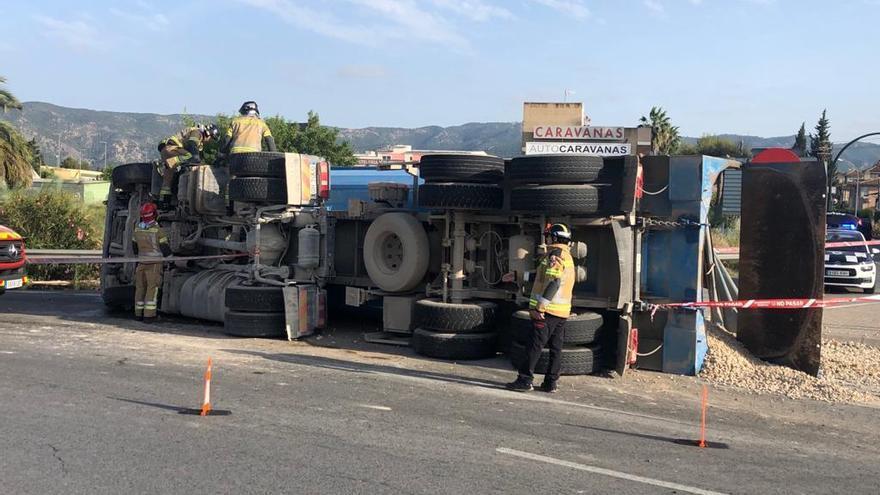 Aparatoso accidente en Murcia de un camión que transportaba piedras