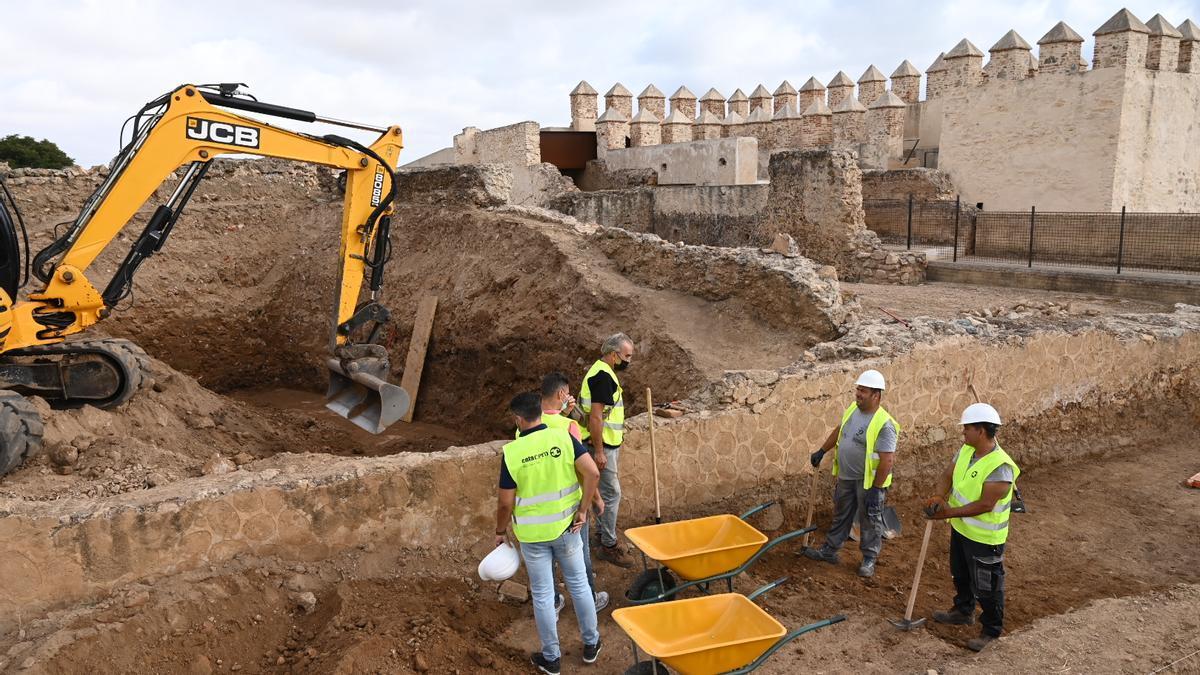 Operarios y técnicos en el yacimiento en las traseras del antiguo hospital militar, por donde se han iniciado los trabajos.