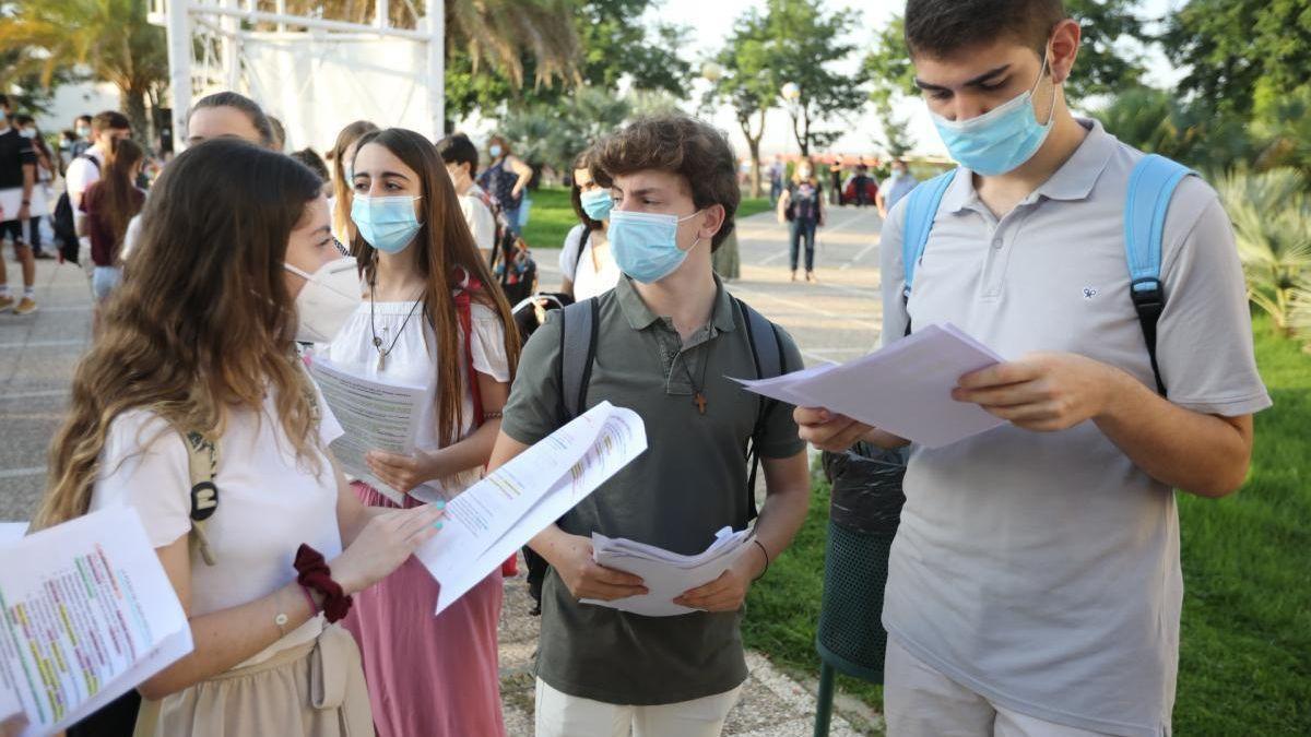 Alumnos antes de las pruebas de Selectividad en Córdoba en una imagen de archivo.