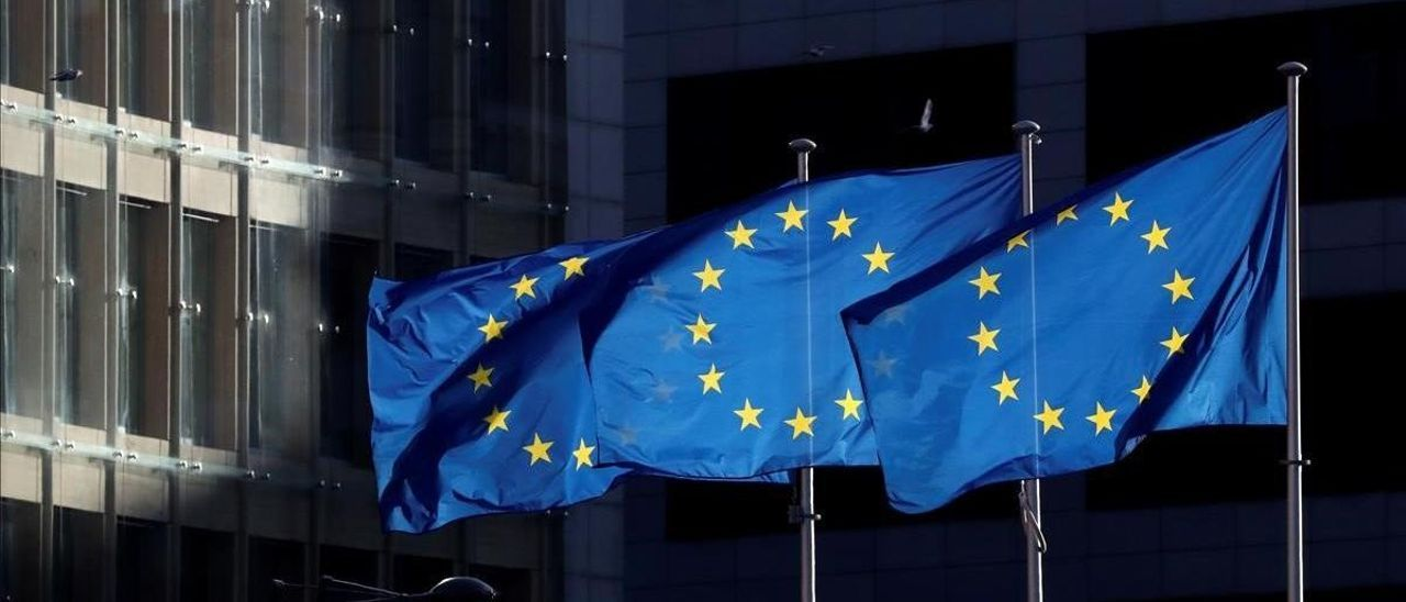 Banderas de la Unión Europea ondean frente al edificio de la Comisión Europea.
