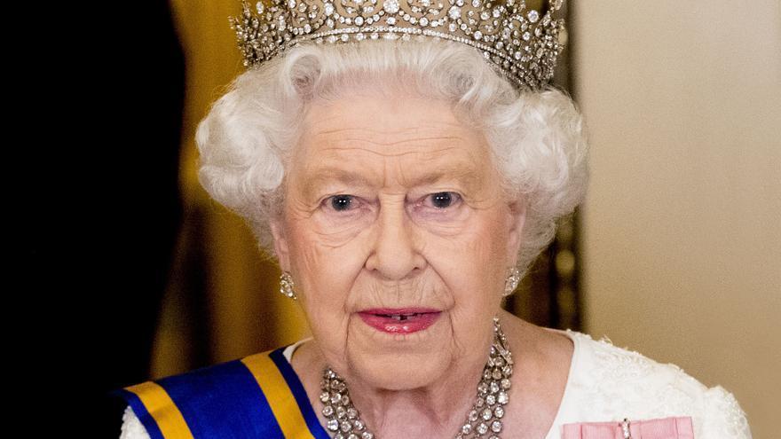Manifestantes a favor de la comunidad indígena derriban estatuas de la reina Victoria e Isabel II en Canadá