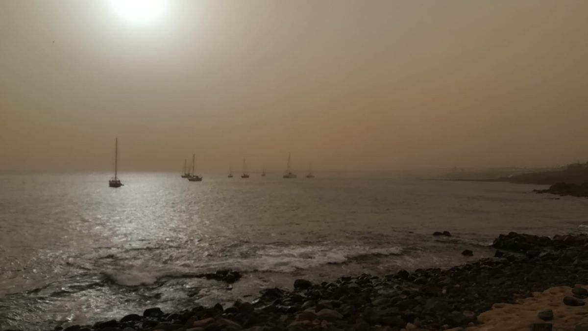 The haze in Playa Blanca (Yaiza) prevents you from seeing the island of Fuerteventura this Monday, February 15.